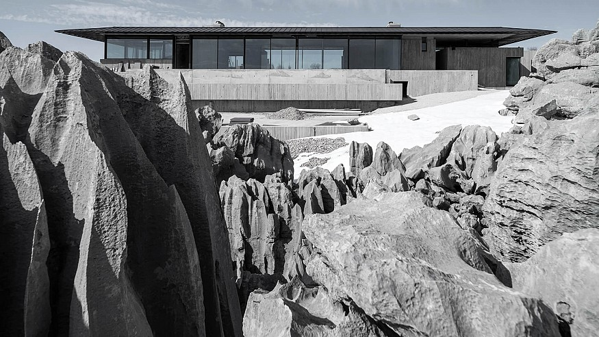 'On the Rocks' by Karim Nader Studio is a linear sanctuary built atop serrated rocks
