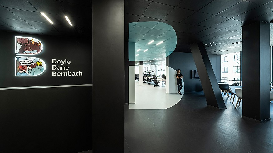 B<sup>2</sup> Architecture infuses an anamorphic optical illusion within DDB Prague office
