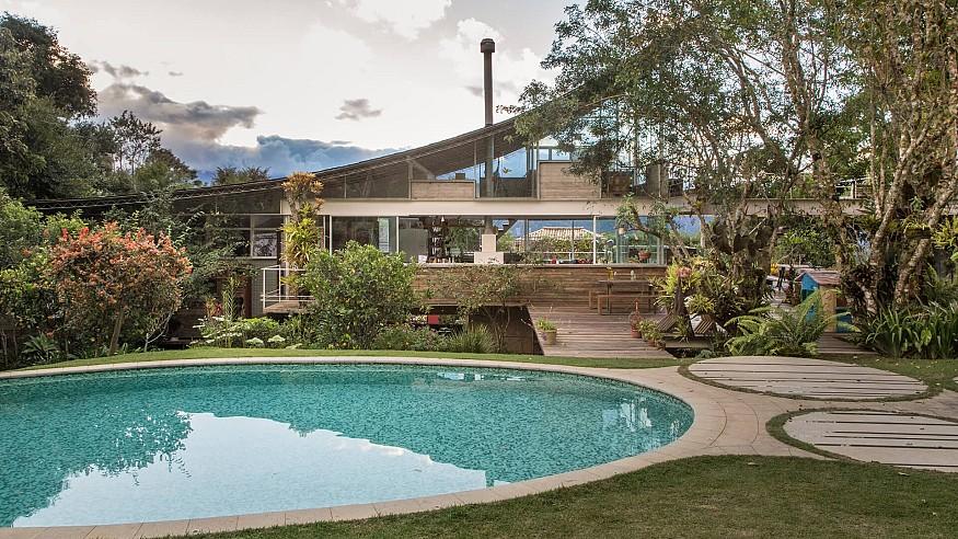 Huge curved roof defines architect Rodrigo Simão's House in Samambaia, Brazil
