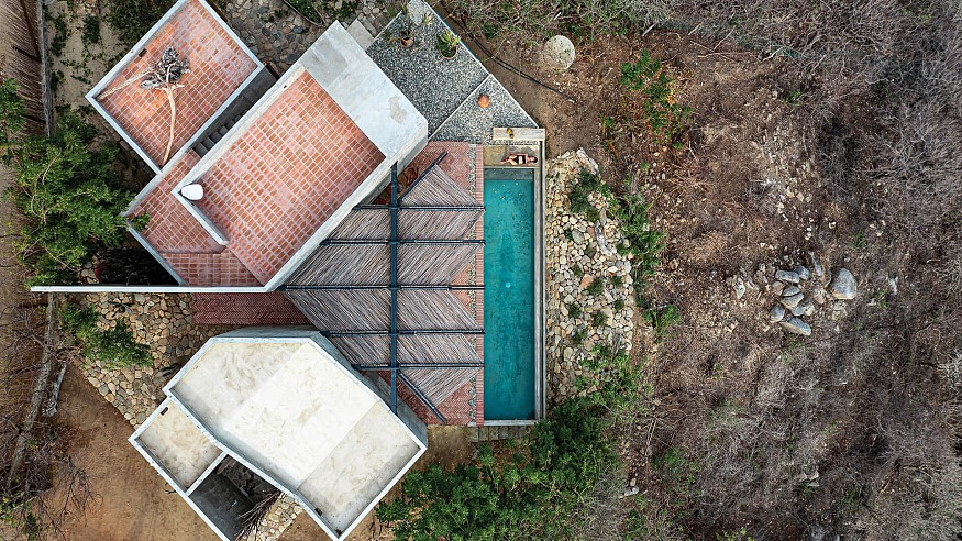 La Casa del Sapo by Espacio 18 Arquitectura orients itself to the rising and setting sun