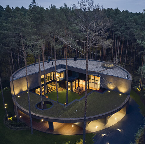 Nestled amid pines, Circle Wood is an art collector's house that mimics a tree stump