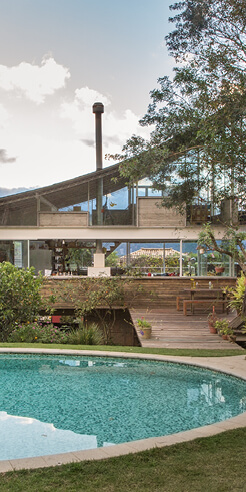 Huge curved roof defines architect Rodrigo Simão's House in Samambaia, Brazil