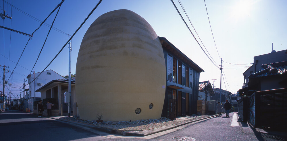 Ryuichi Ashizawa Architects attach an egg-shaped tomb to a family home in Sakai