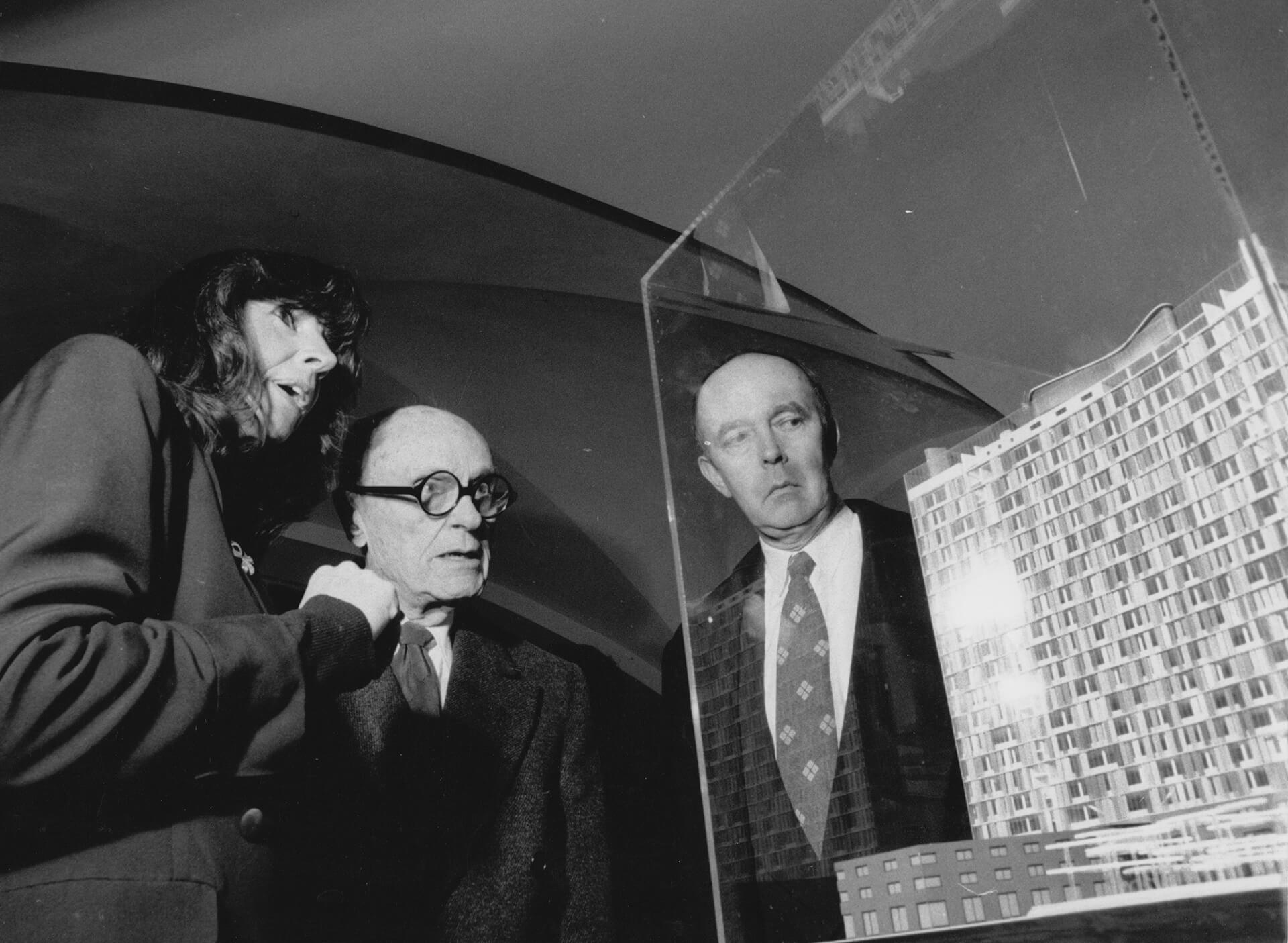 Kristin Feireiss with Philip Johnson and David Whitney viewing an exhibition at Aedes in 1992 | STIRworld