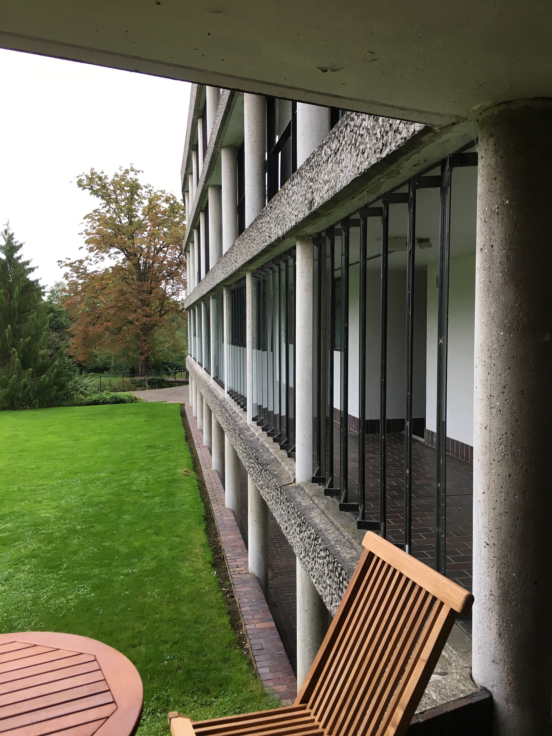 The lower level of the building is partially sunk below the garden level, setting up an interesting eye level view for the rooms | Modernity in/as Heritage – The architecture of Wolfson College, Oxford | Amit Khanna | STIR