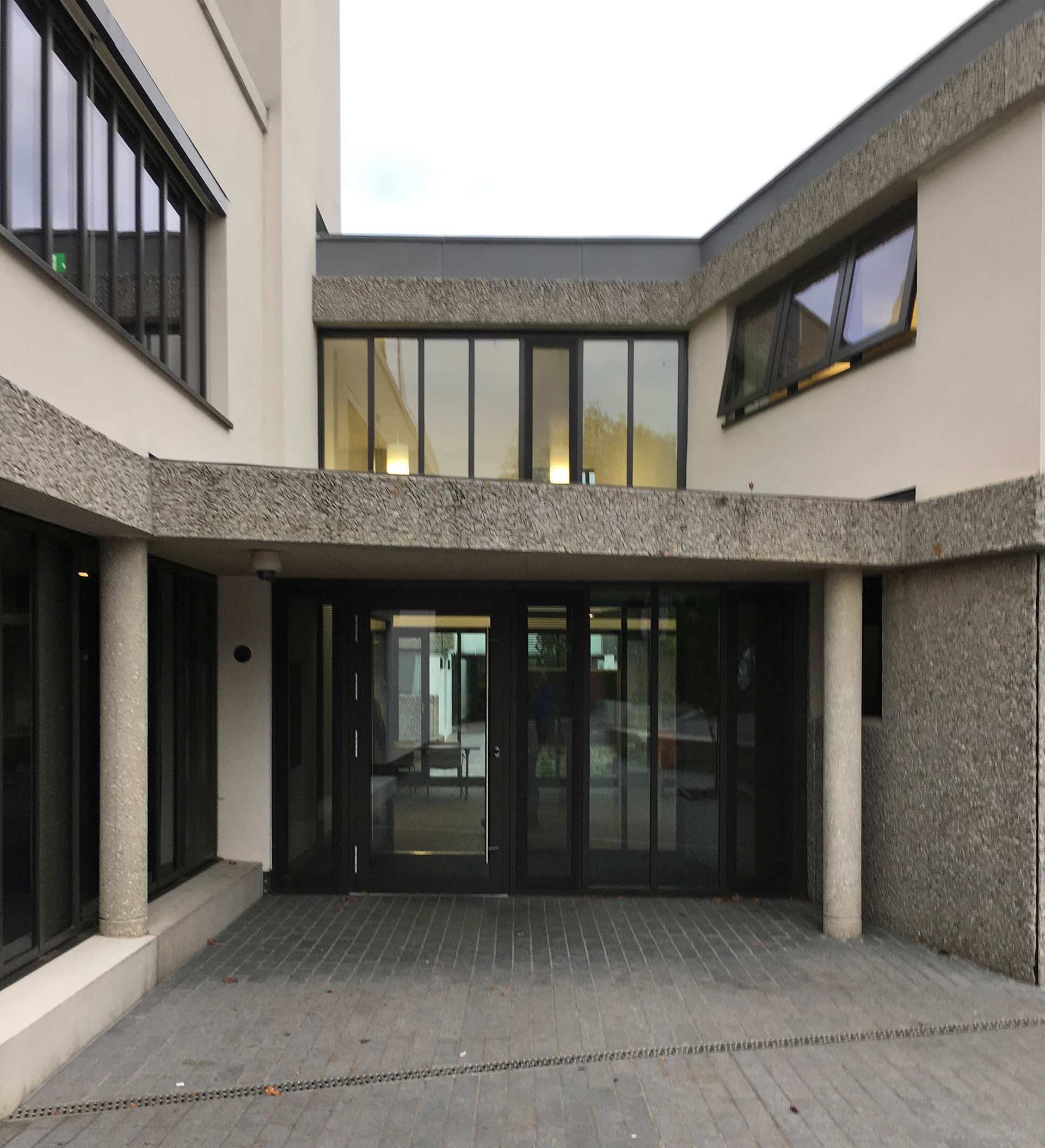 Porters Entrance defined by a simple overhang | Modernity in/as Heritage – The architecture of Wolfson College, Oxford | Amit Khanna | STIR