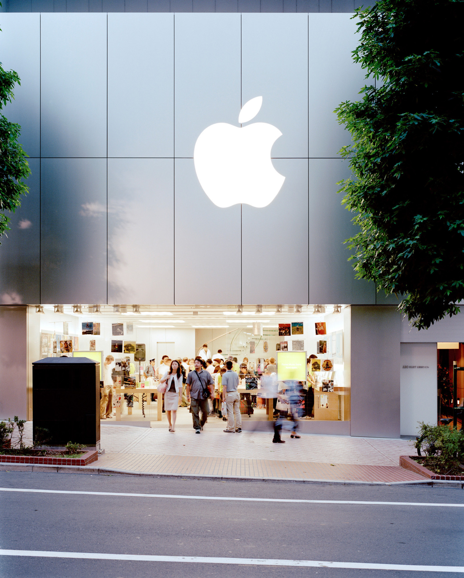The design of the stores aligns with Apple's brand values |Tim Kobe | Eight Inc. | STIRworld