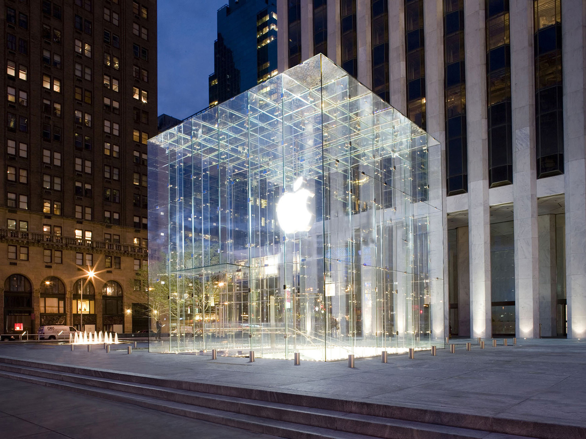 The glass box exterior of Apple Store at the Fifth Avenue in New York | Tim Kobe | Eight Inc. | STIRworld
