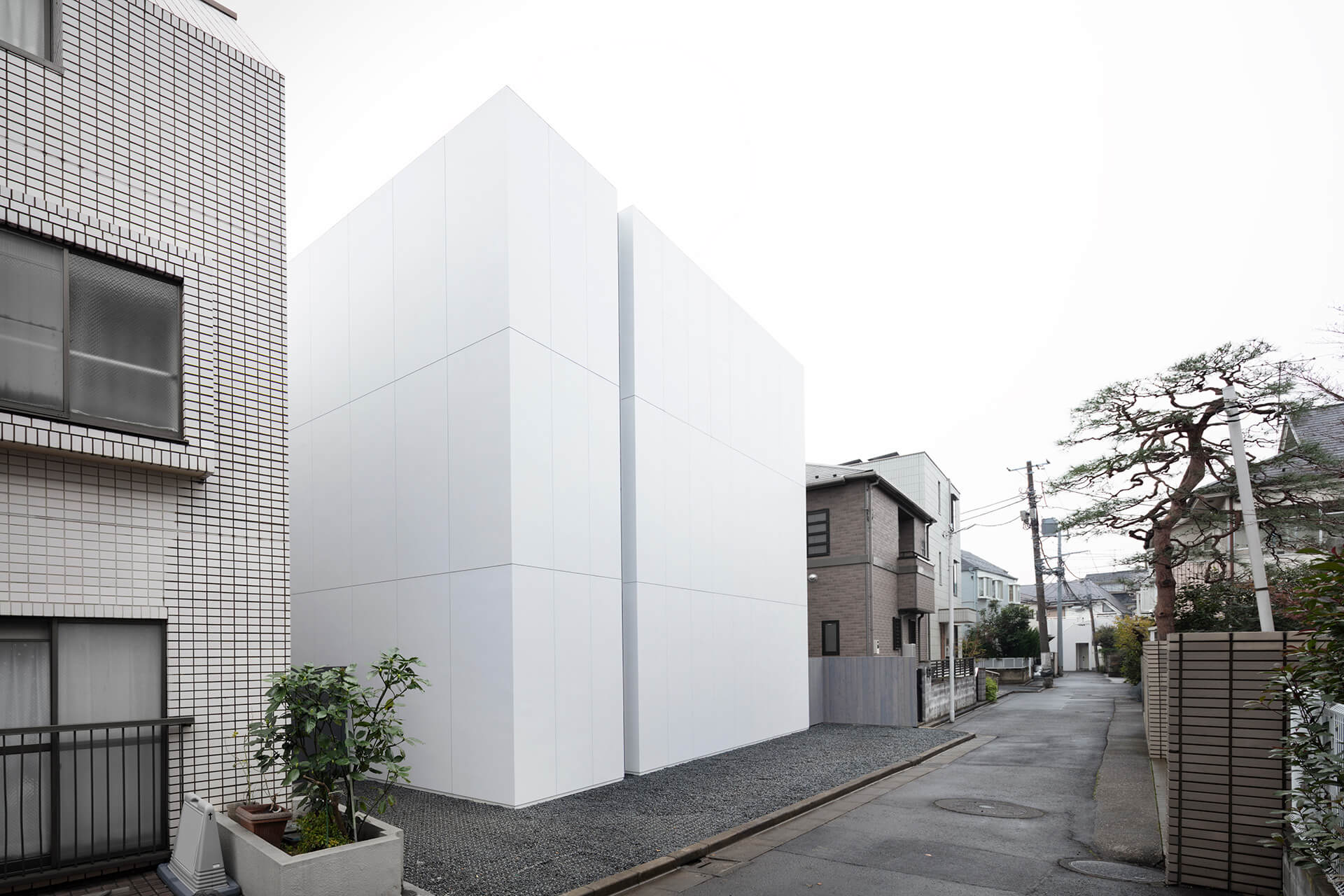 The windowless northern facade of the house | Tokyo | Nendo | STIRworld