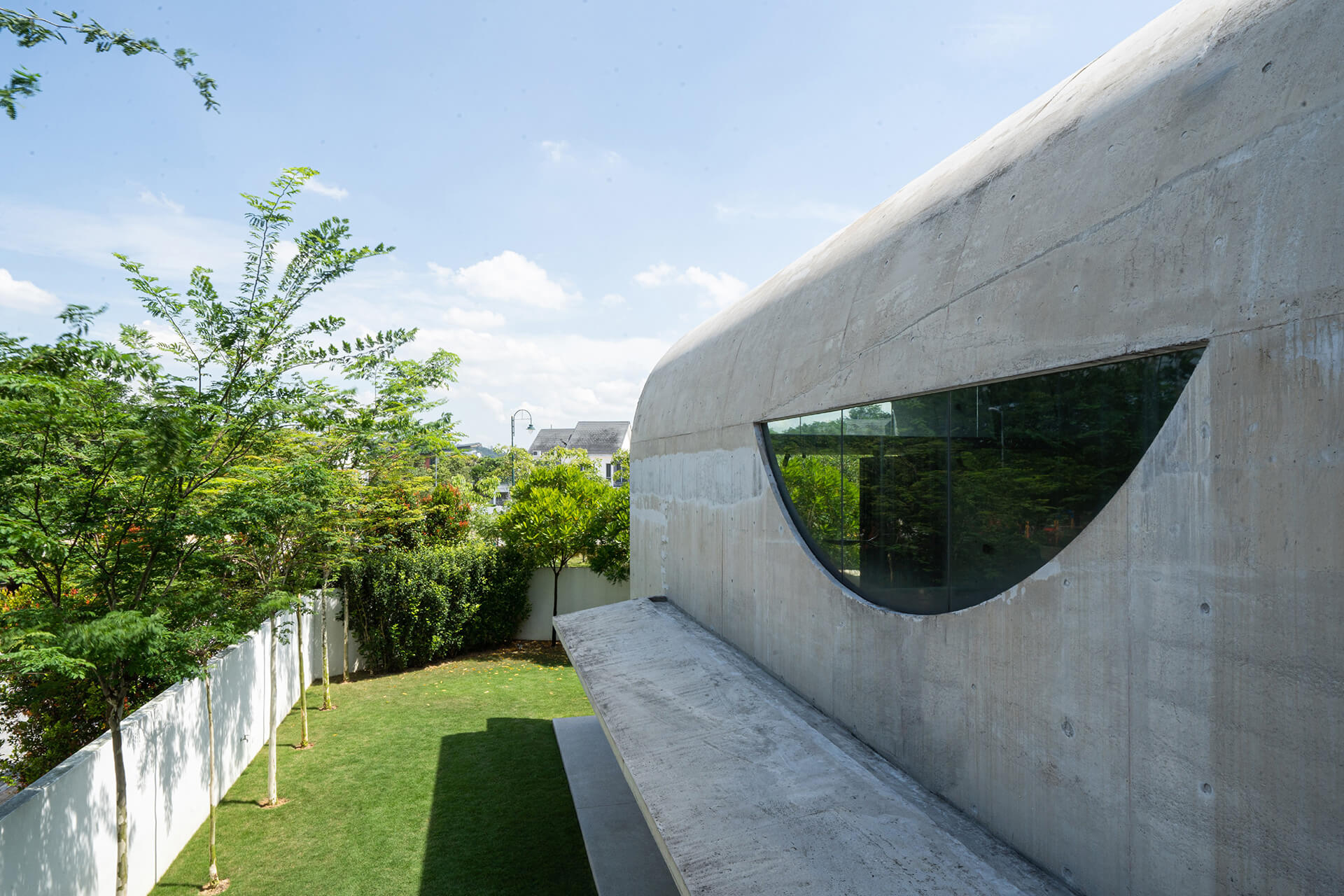 An inverted glazed arched opening gracing the side facade of the house |  Kuala Lampur, Malaysia | Fabian Tan | STIRworld