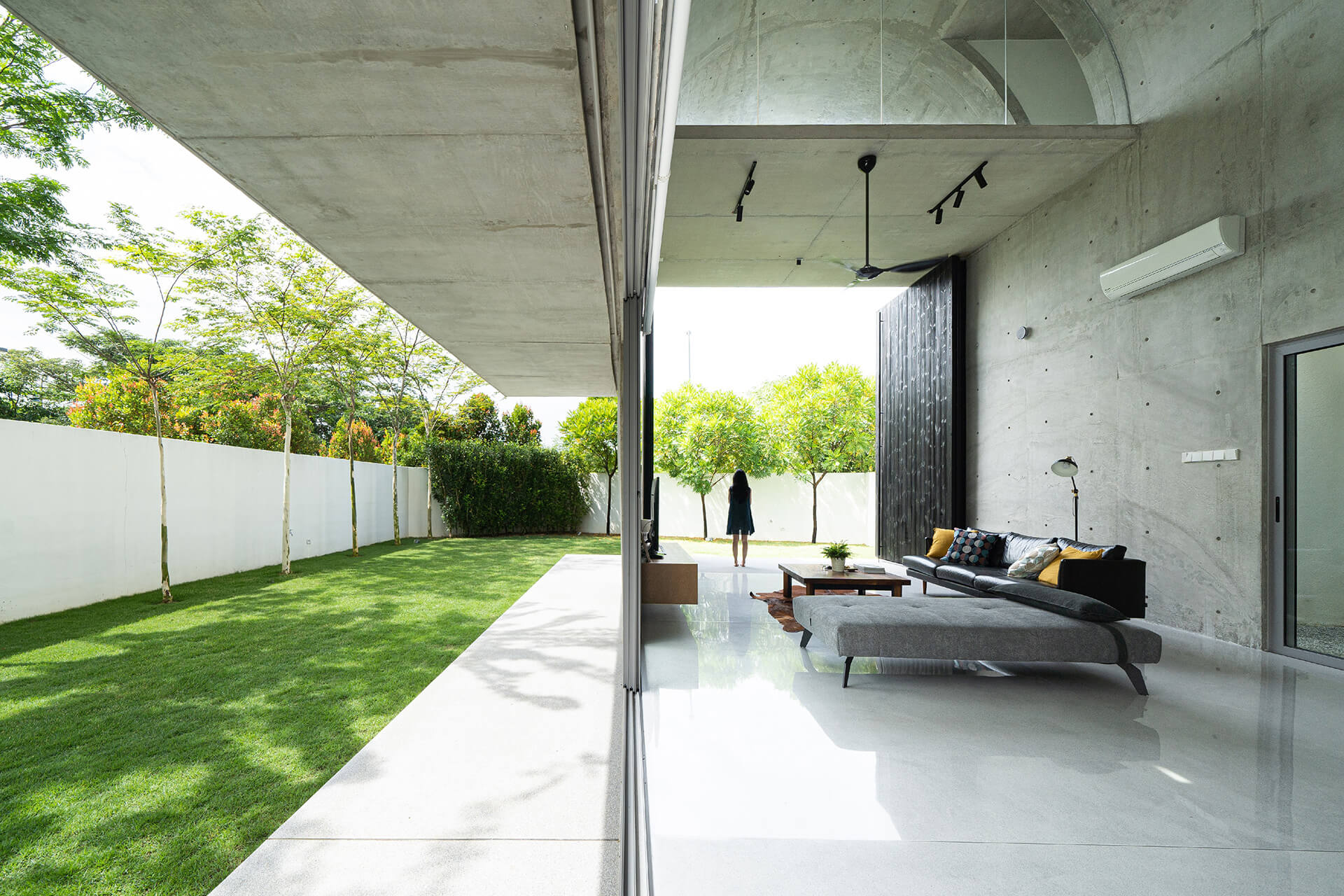 Sliding doors connect the living space with the garden | Kuala Lampur, Malaysia | Fabian Tan | STIRworld