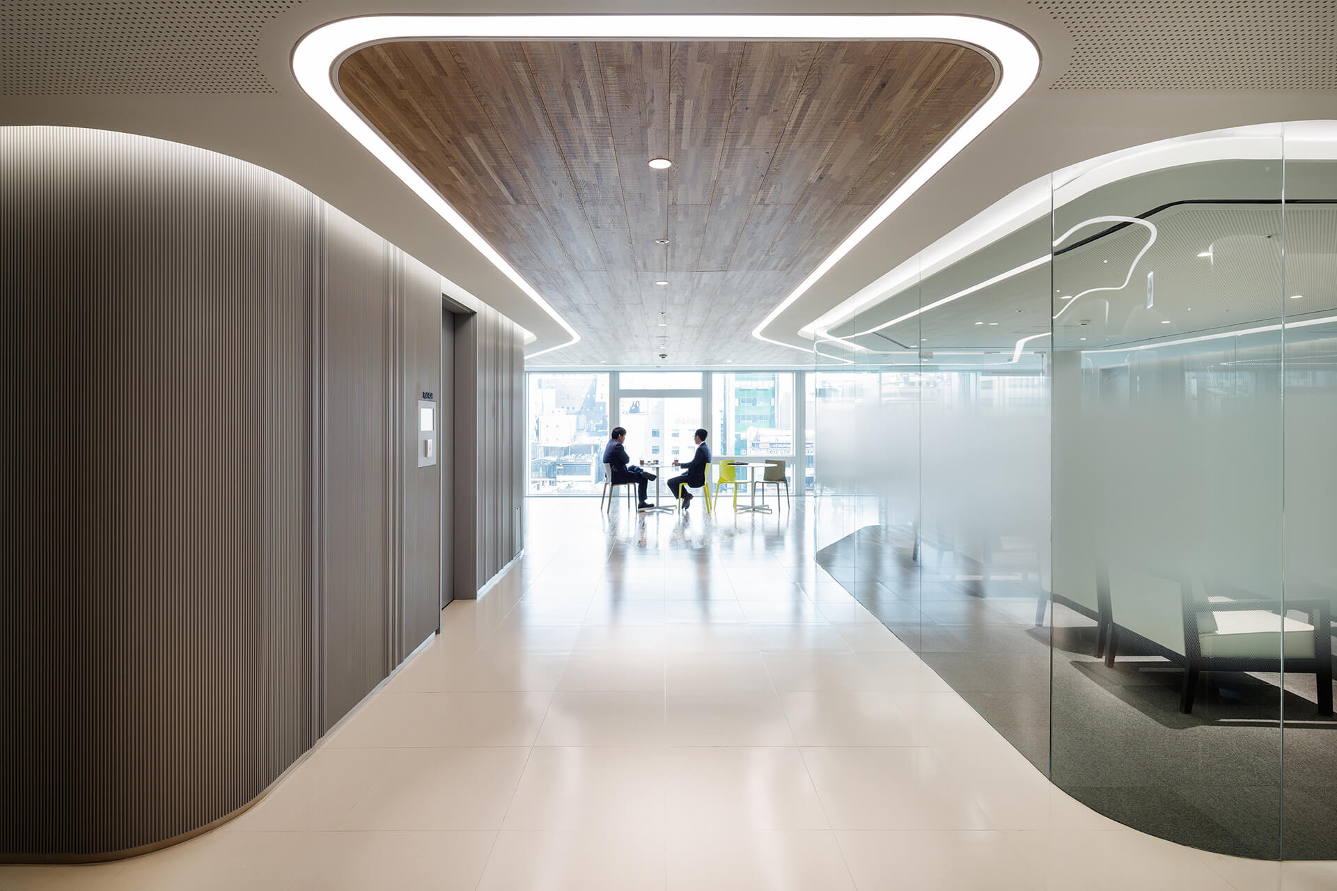 Meeting rooms inside employ glass of varying transparencies to provide privacy as well as clarity | Hanwha Headquarters Remodelling by UNStudio | STIRworld