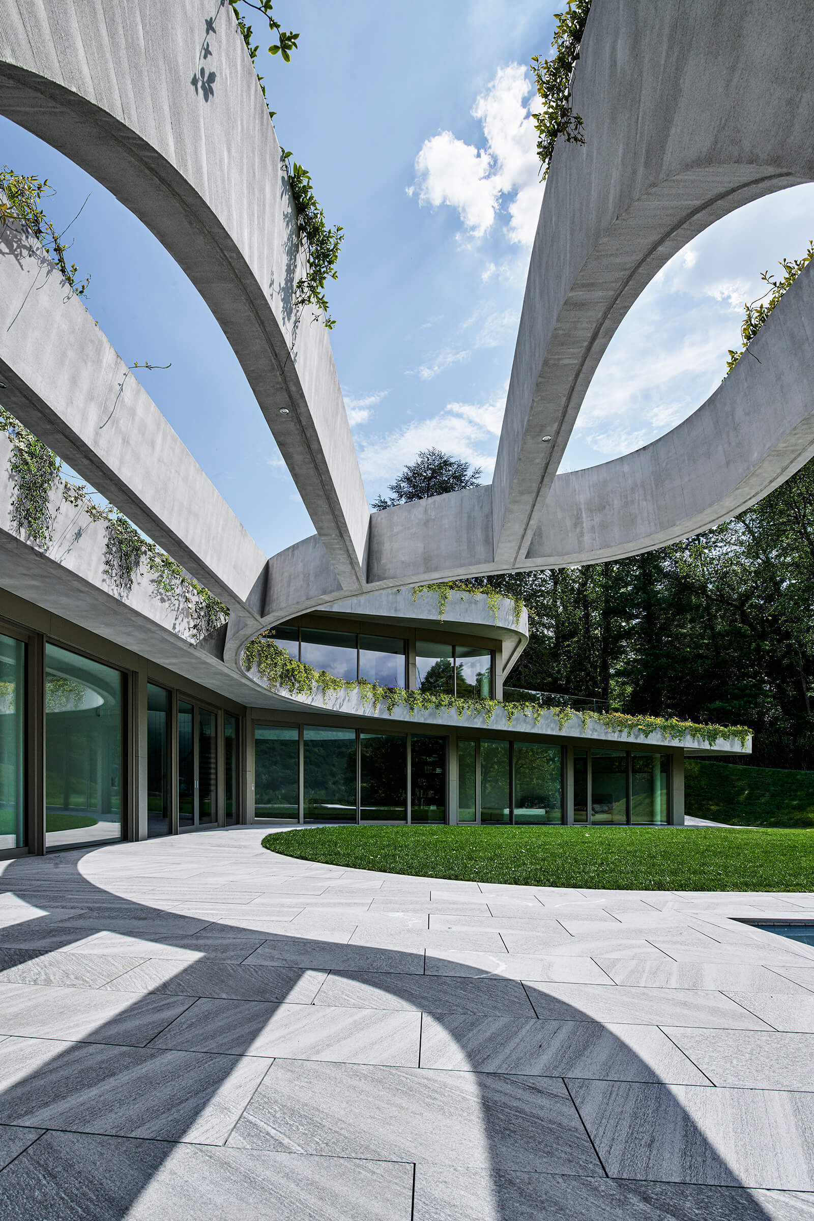 Sweeping curves defining Atelier Alice Trepp's organic shape | Atelier Alice Trepp by Mino Caggiula Architects | STIRworld