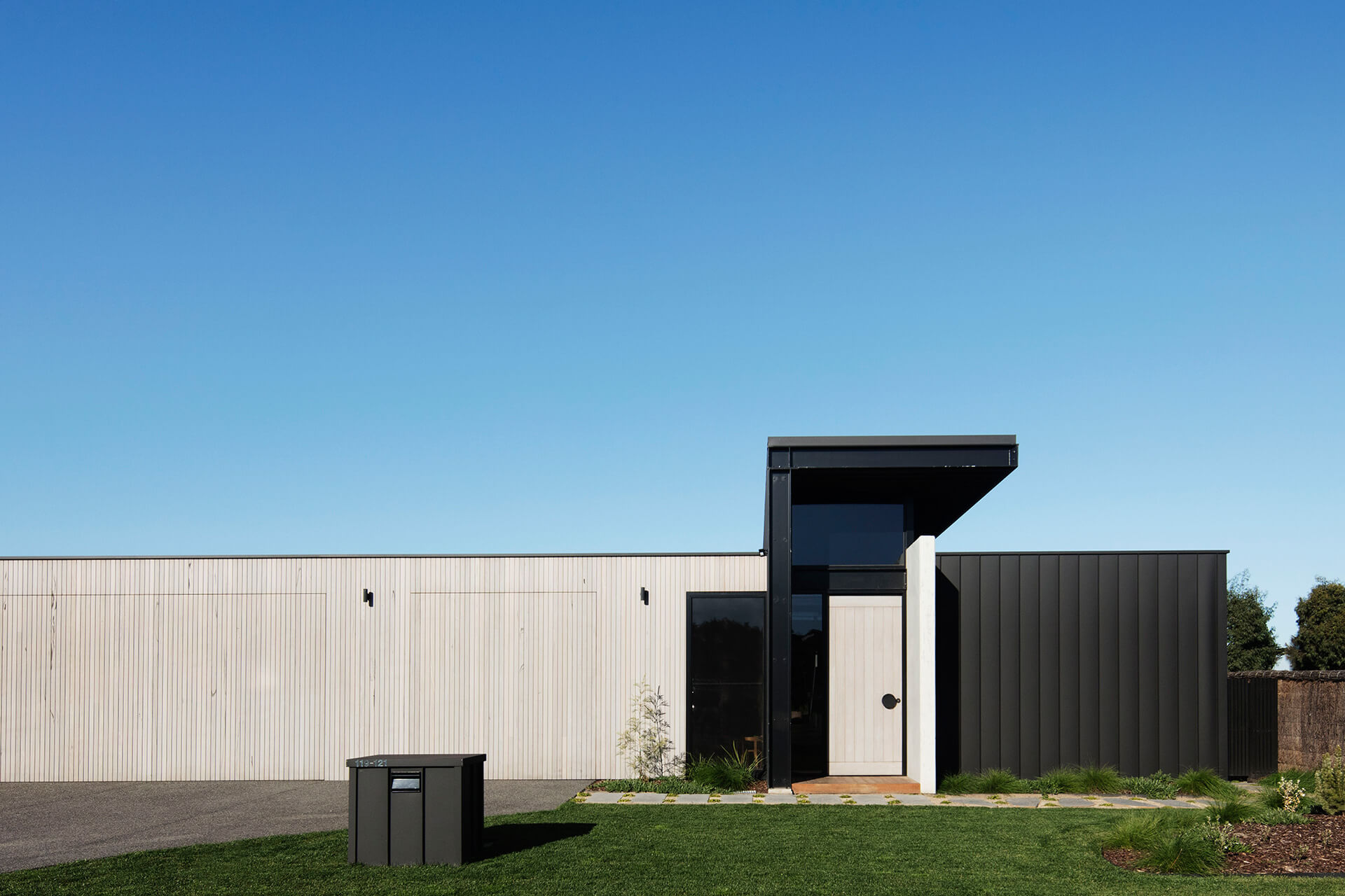 The external façade of the house with a structural appearance | Cashmore House | Lachlan Shepherd Architects | STIRworld