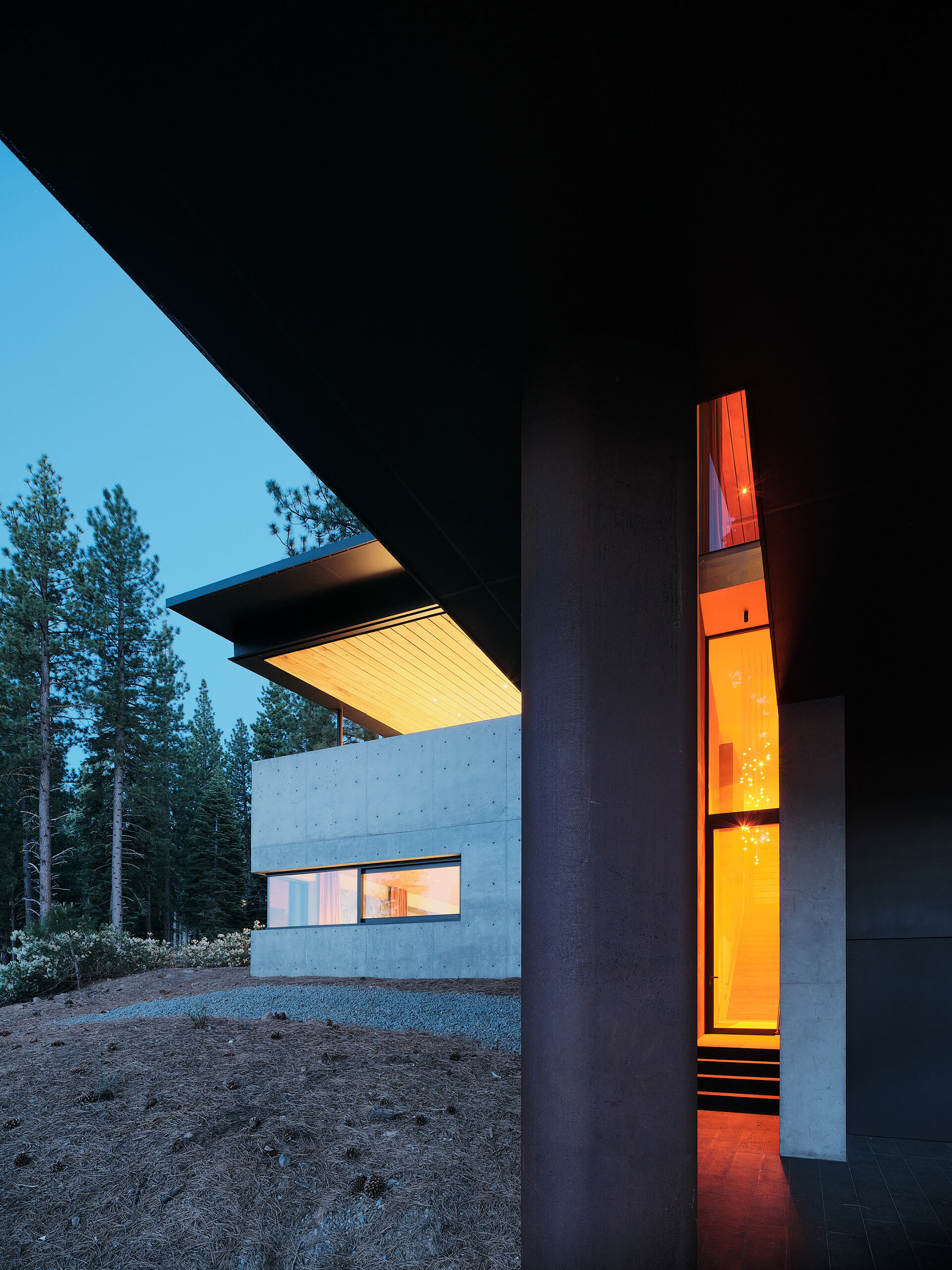 The orange-red glass fixed at the entrance | Lookout House by Faulkner Architects | STIRworld