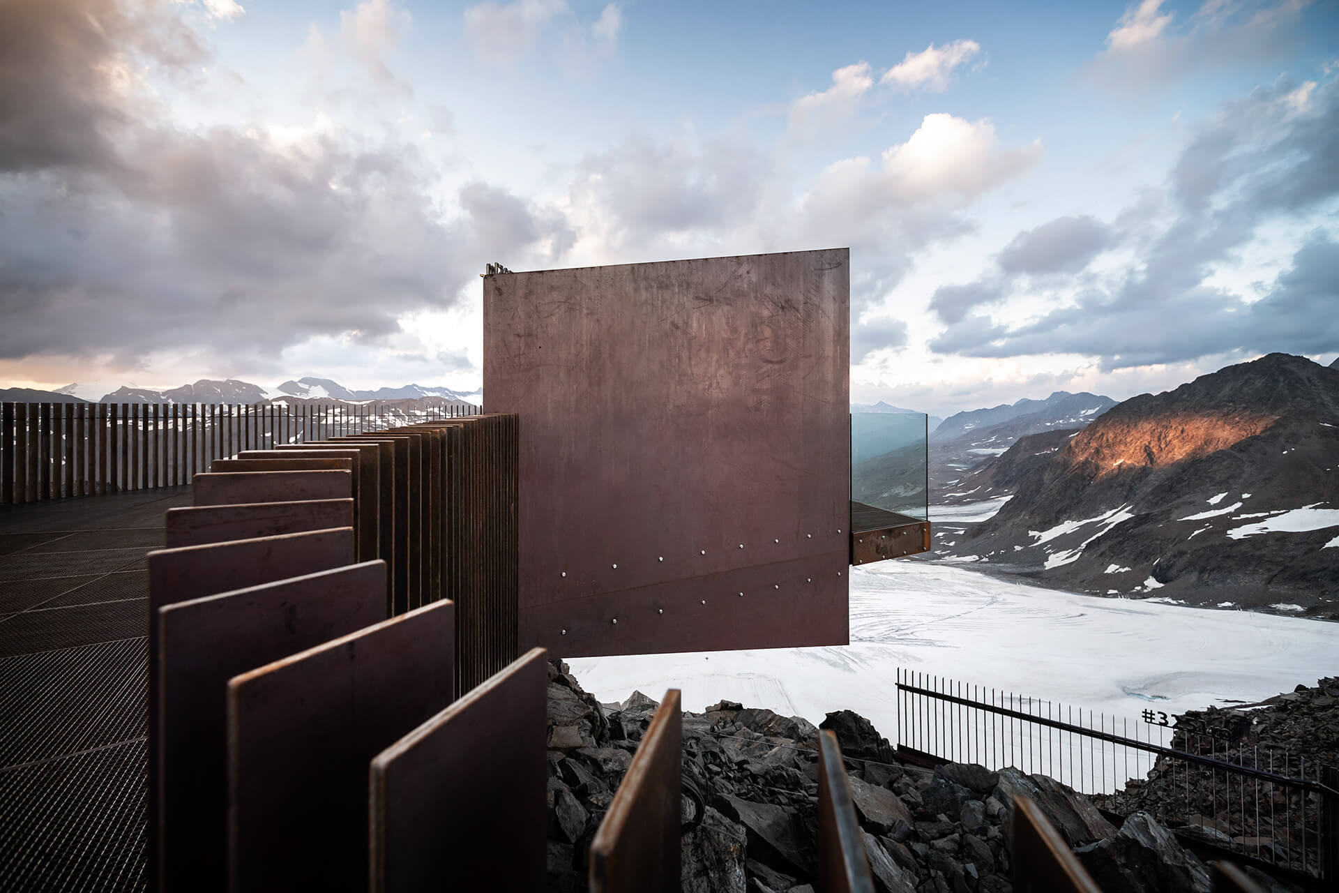 The modern materials of the observation deck blend evenly into the landscape| Ötzi Peak 3251m | noa* network of architecture | STIRworld
