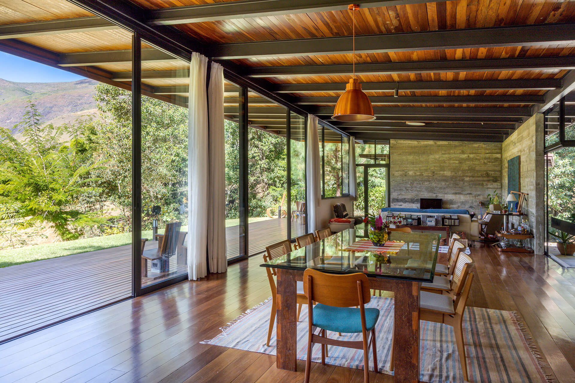 The kitchen and dining space is open to the verandah and the living room | House in Vale das Videiras by Rodrigo Simão Arquitetura | STIRworld