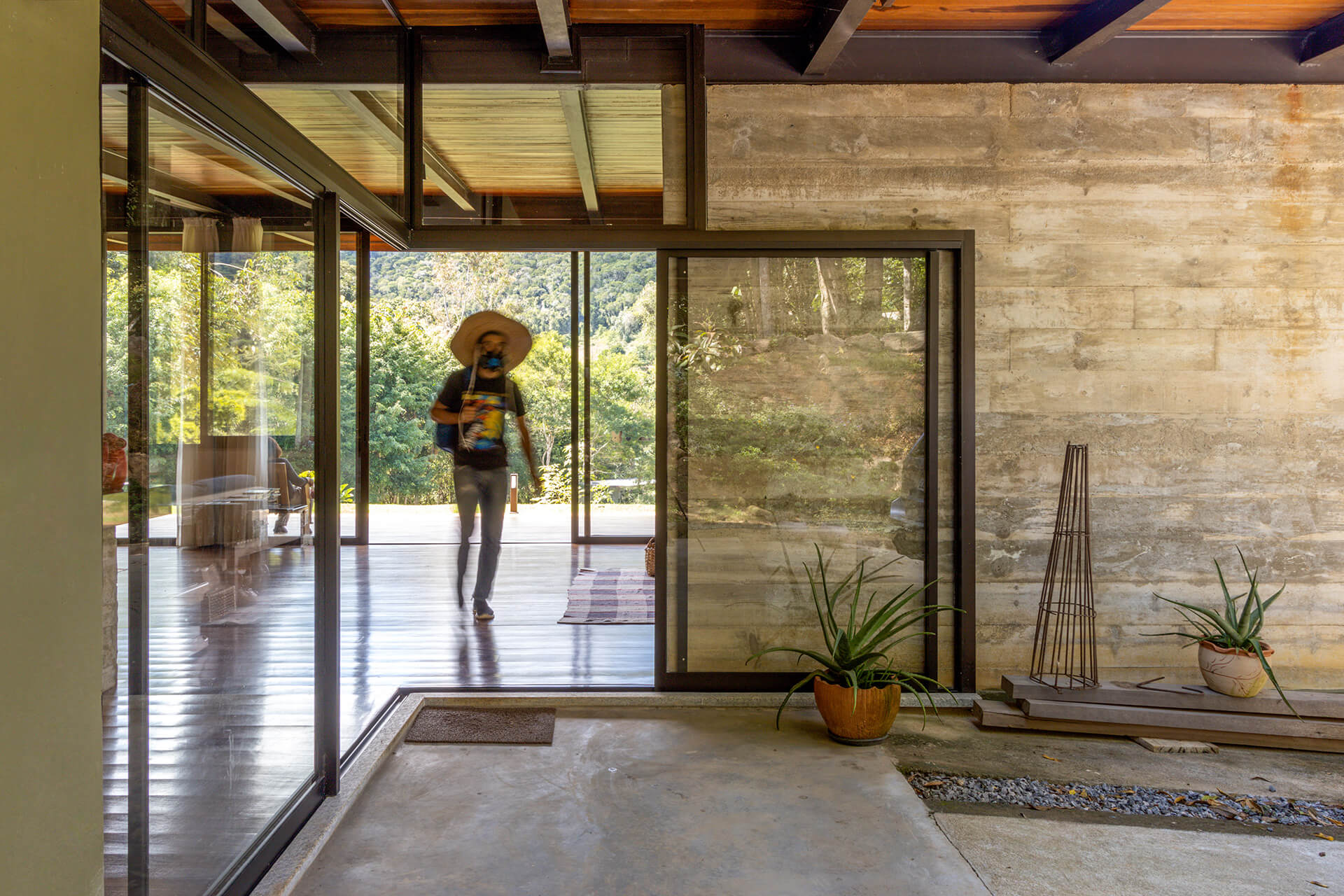 Aluminium-framed glass panels create a clear visual connection between the indoors and outdoors | House in Vale das Videiras by Rodrigo Simão Arquitetura | STIRworld