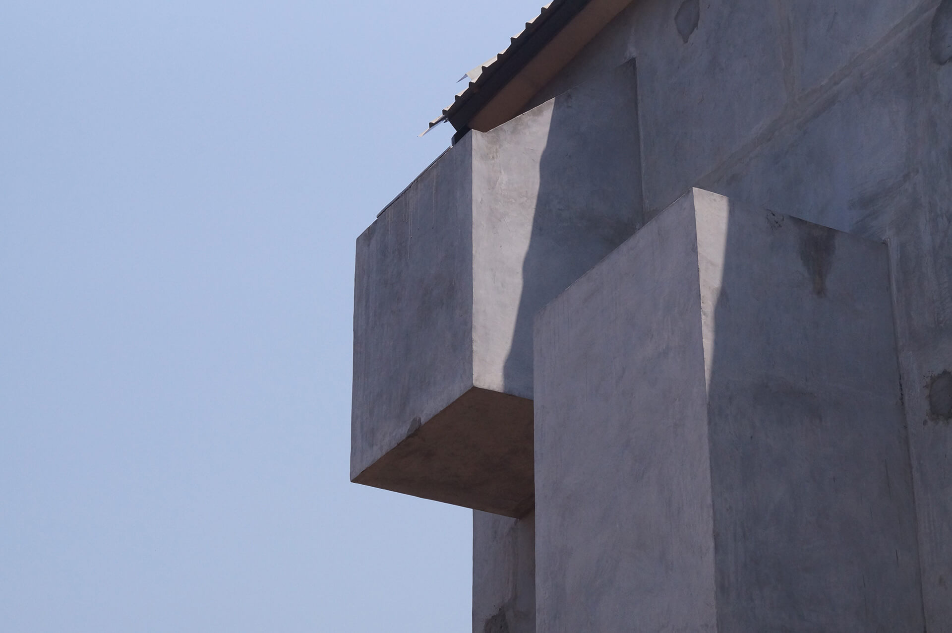 Cubical protrusions on the house's façade that have open to sky showers on the inside | Kokum House | Goa | STIRworld