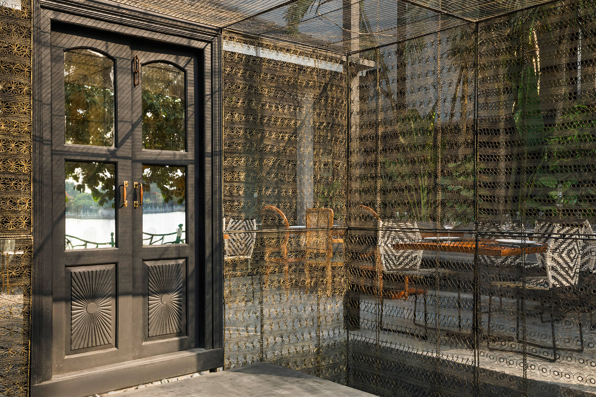 The golden mesh is the highlight of the restaurant, which creates a modern feeling with Indian motifs | RASM restaurant | Studio VDGA | STIRworld