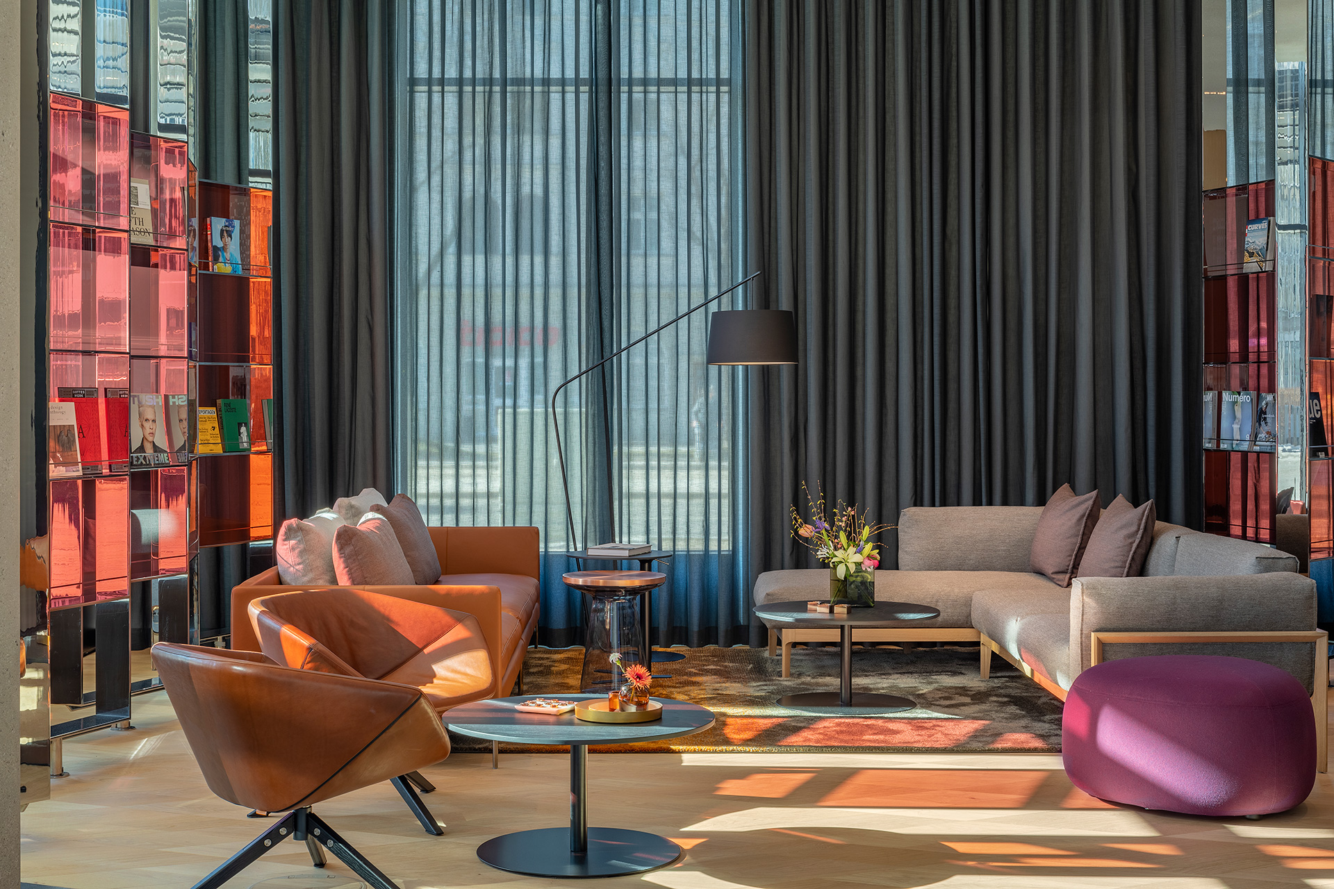 A cosy, casual seating arrangement lends an informal vibe to the lobby | Andaz Munich Schwabinger Tor| Concrete| STIR