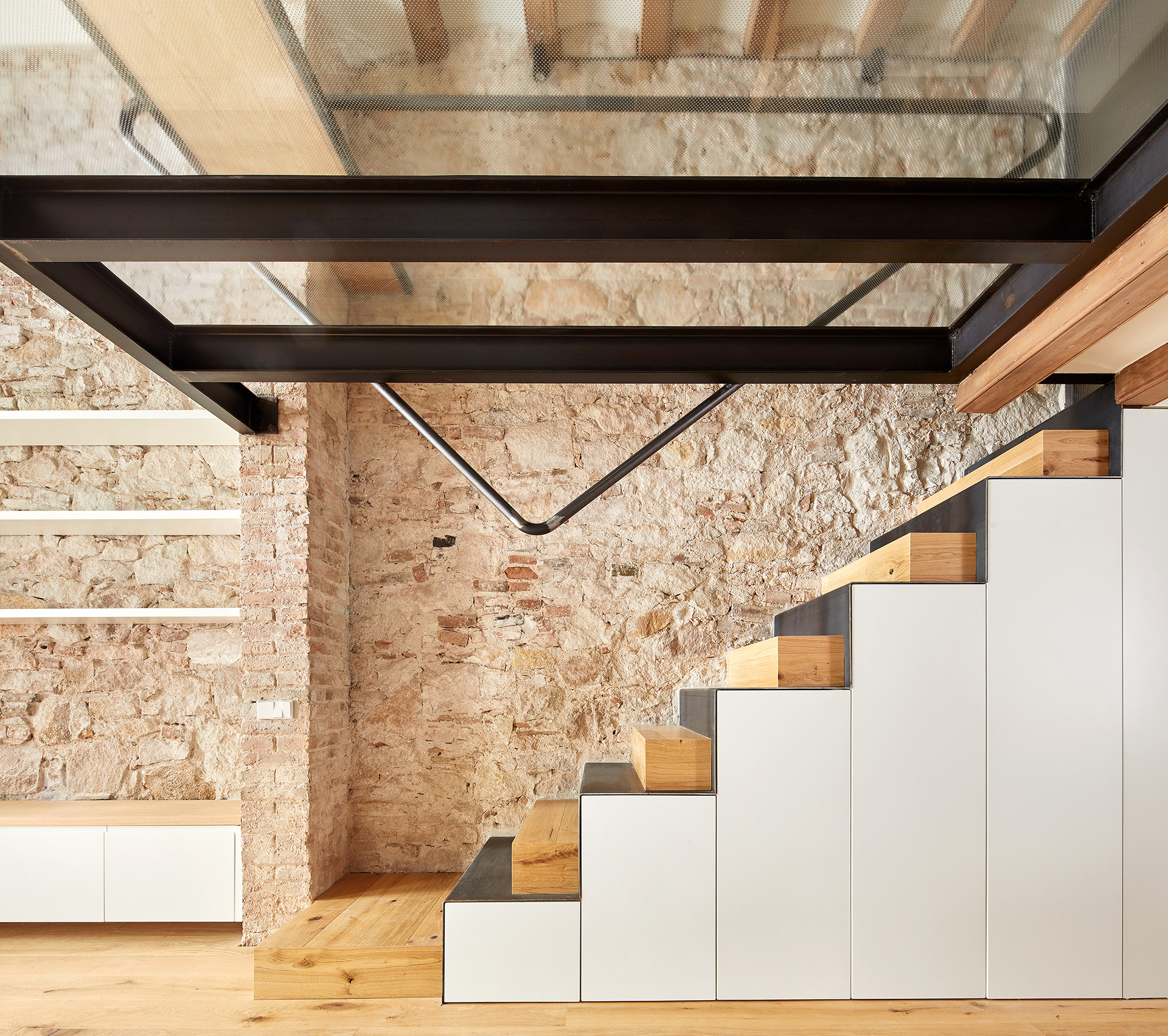 Stairs connecting the ground floor to the attic| Triplex at Sant Antoni | Valentí Albareda| STIR