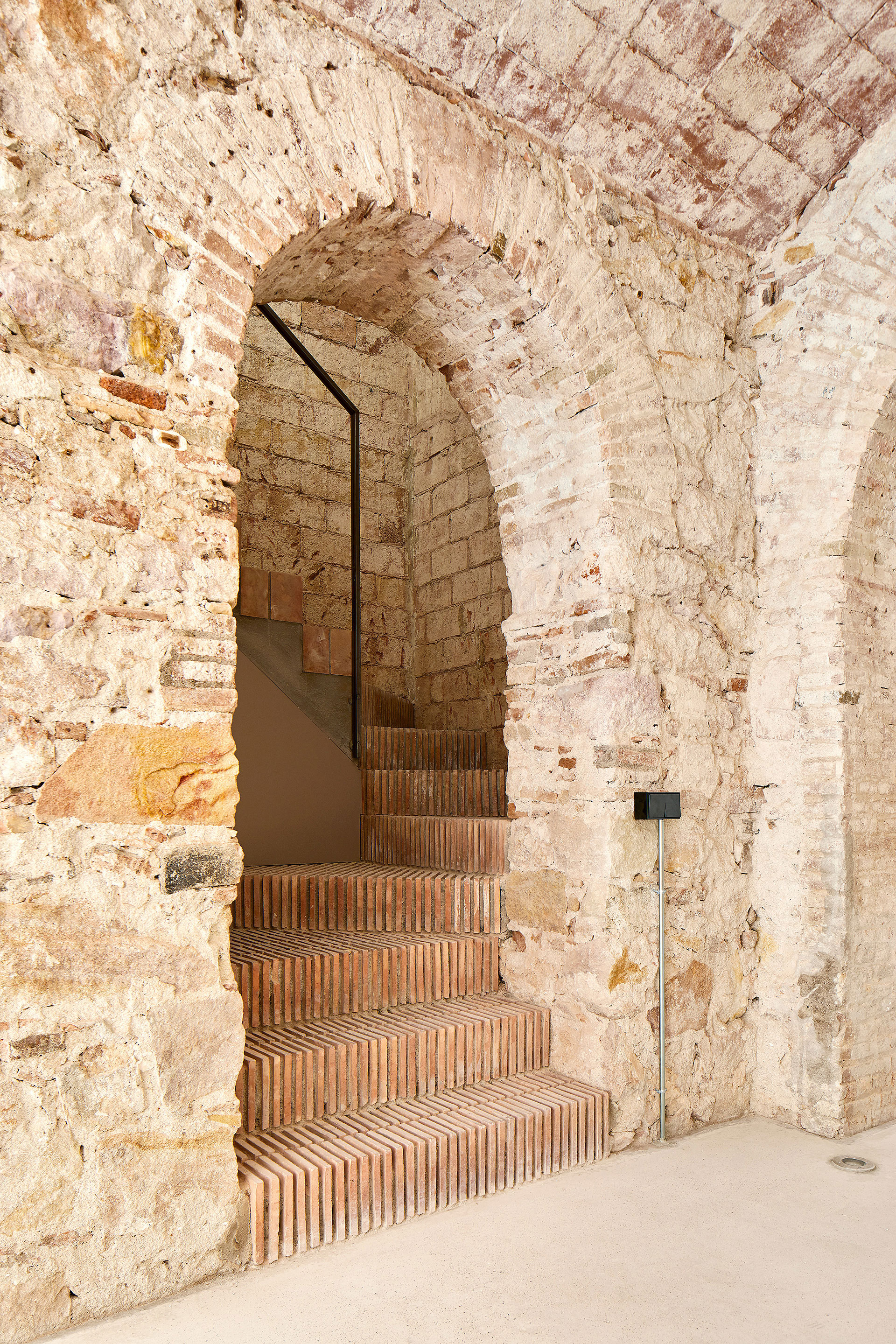 A secondary stairwell connecting the three-storeys| Triplex at Sant Antoni | Valentí Albareda| STIR