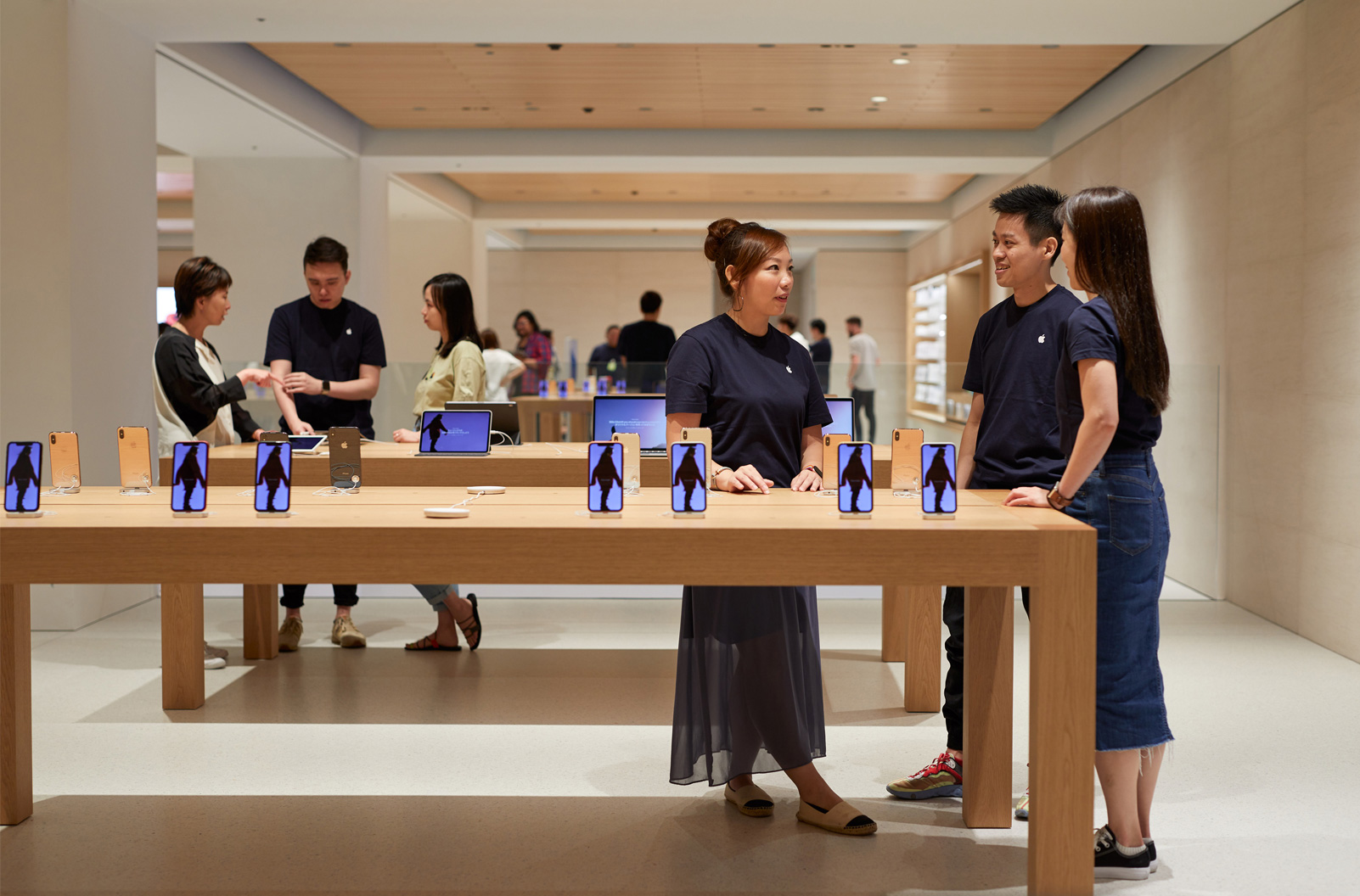 Customers can get assistance at the store | Apple Marunouchi | Foster + Partners | STIR