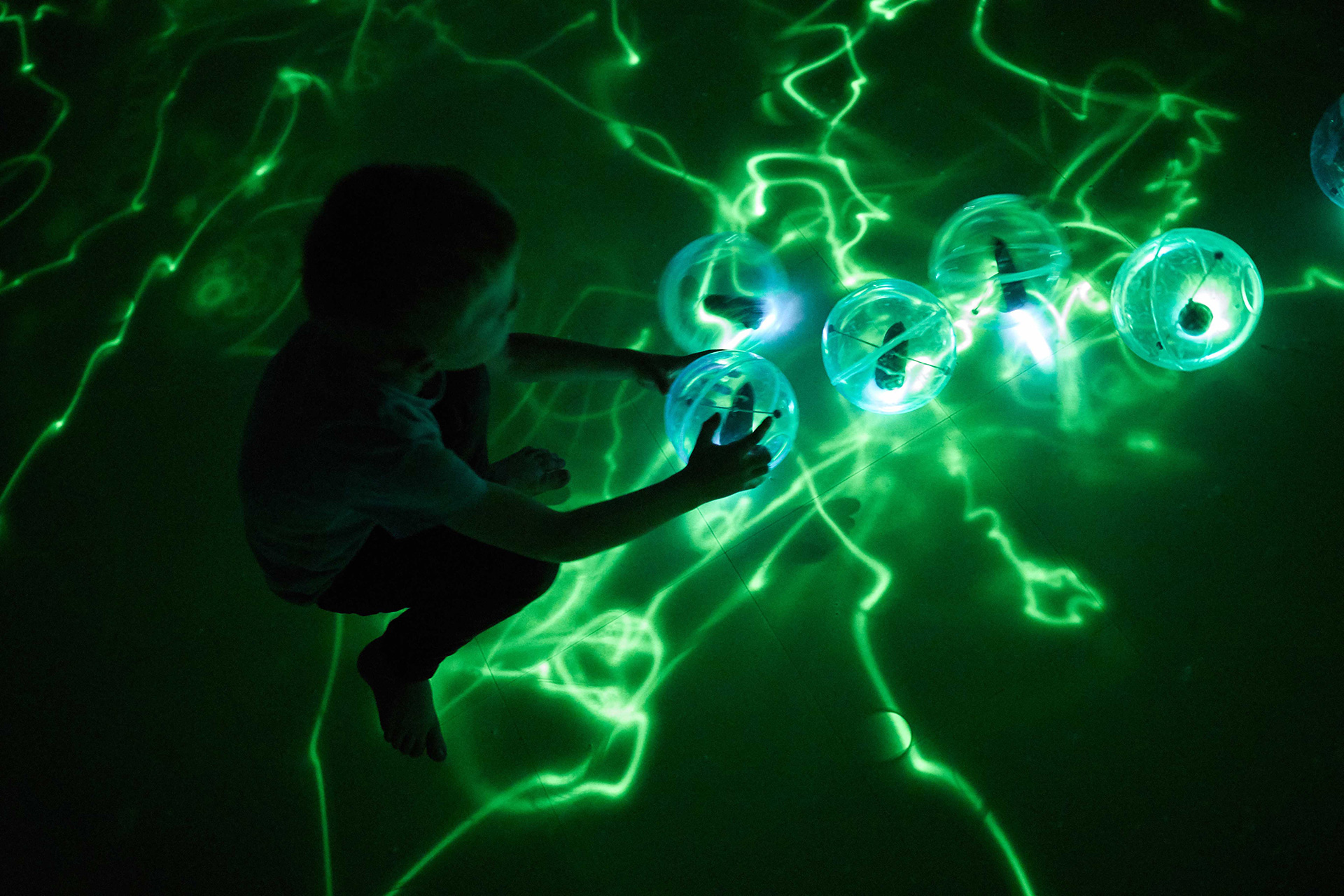 Lolas – tiny, glowing jellyfish type organisms | Presence | Daan Roosegaarde | Groninger Museum| STIRworld
