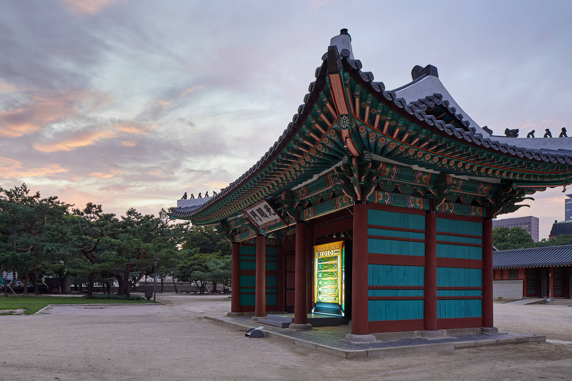 The site-specific video installation at the historic Gwangmyeongmun Gate at Deoksugung Palace in Seoul | Gate of Bright Lights | Space Popular | STIRworld