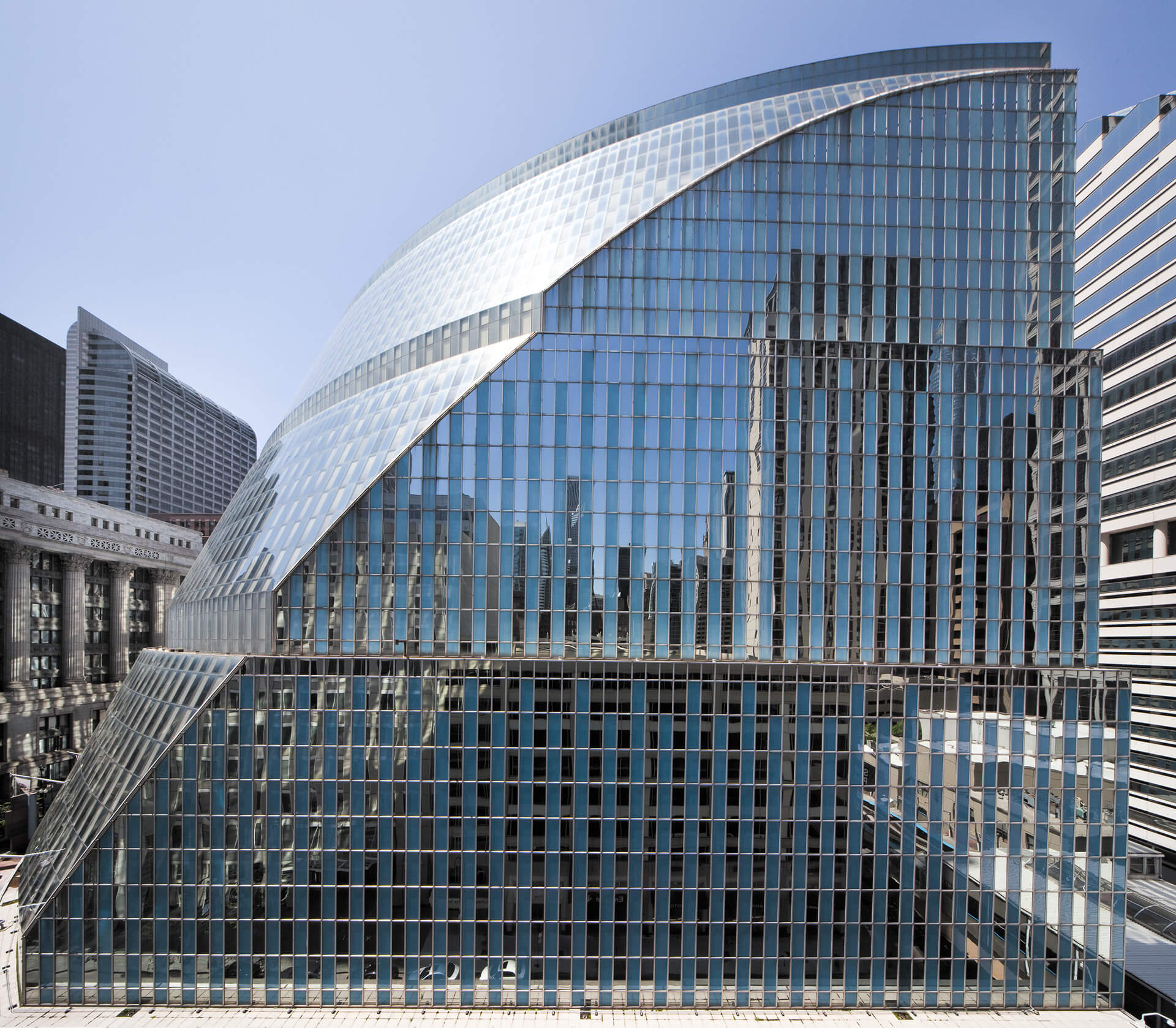 The building is hollowed out to celebrate centrality and transparency of government | James R. Thompson Center by Helmut Jahn | STIRworld
