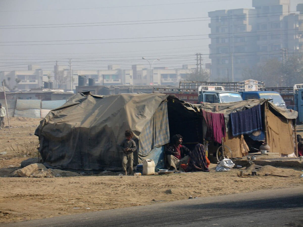 Construction workers in India are forced to live in roadside camps | Ranjit Sabikhi on unskilled Indian migrant labourer | STIRworld