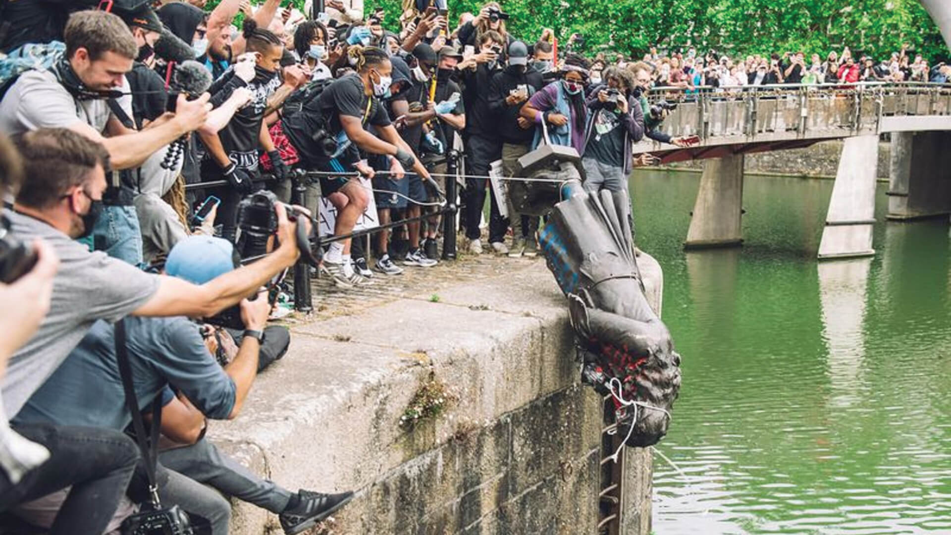 Angry protestors dethrone the statue of British slave trader Edward Colston in Bristol, UK | Dethrone the Demon |STIRworld
